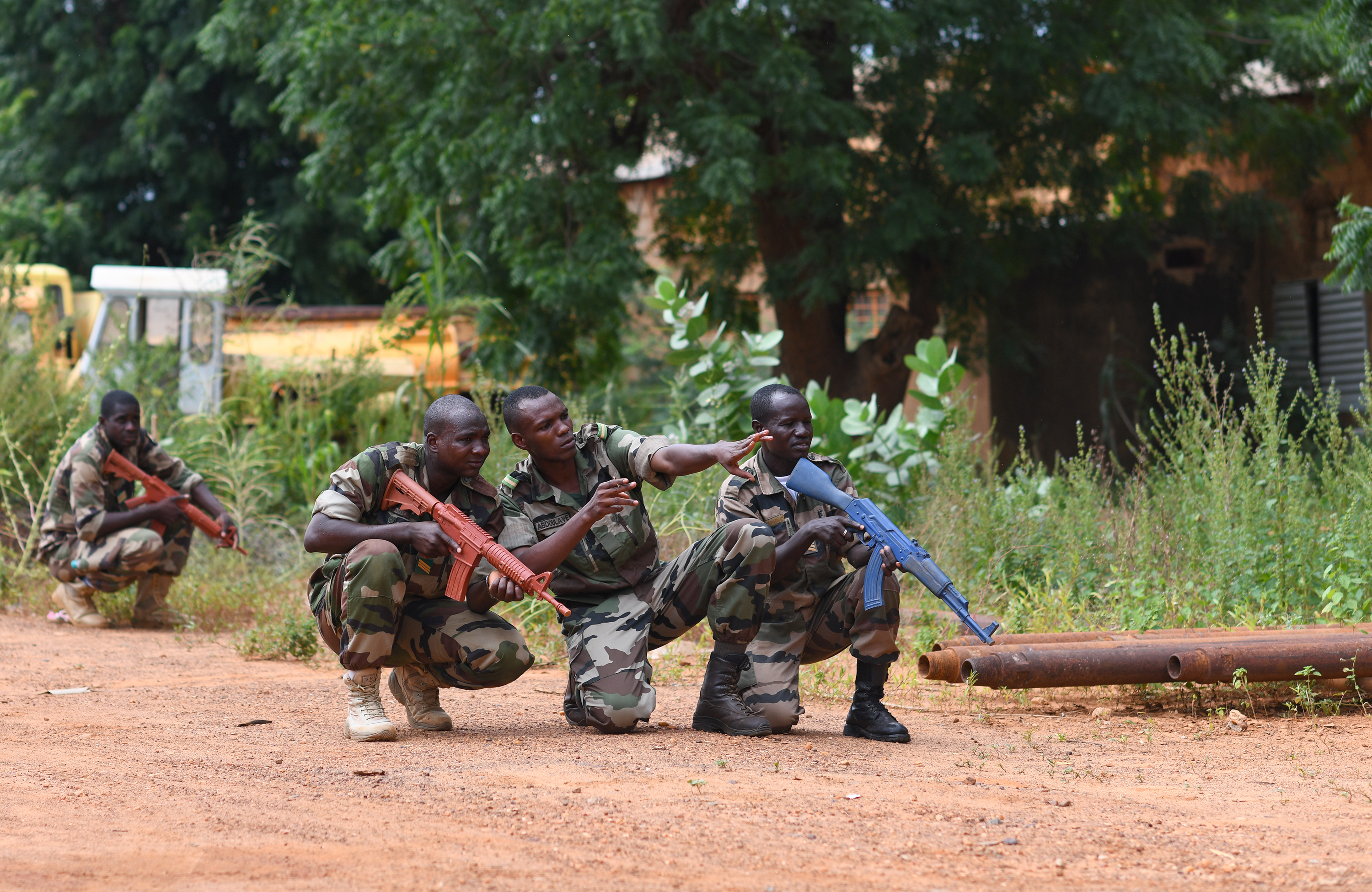 Forces Armées Nigeriennes (Nigerien Armed Forces) Genie Unit members confer about a simulated threat during an Improvised Explosive Device Awareness Course taught by members of the 768th Expeditionary Air Base Squadron Explosive Ordnance Disposal team and Security Forces Air Advisors in Niamey, Niger, Oct. 11, 2019. The course is part of a curriculum spanning several months designed to improve the FAN's effectiveness and survivability once they deploy to combat the violent extremist organizations in West Africa. (U.S. Air Force photo by Staff Sgt. Alex Fox Echols III)